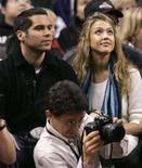 <p>L'attrice Jessica Alba con il fidanzato Cash Warren ad una partita di basket NBA a Toronto, il 18 novembre 2007. REUTERS/Peter Jones</p>