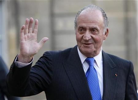 Spain's King Juan Carlos waves to the press in Paris December 12, 2007. Juan Carlos paid a surprise New Year's Eve visit to Spanish troops based in Afghanistan on Monday. REUTERS/Philippe Wojazer