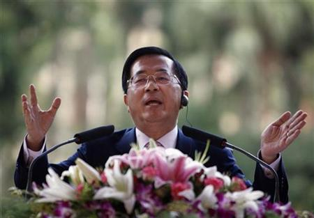 Taiwan's President Chen Shui-bian speaks during a meeting with members of the Taiwan Foreign Correspondents Club in Taipei October 29, 2007. Chen said on Tuesday China now had 1,328 ballistic missiles aimed at the self-ruled island, up by more than a third from a previous estimate, further threatening stability in the Taiwan Strait. . REUTERS/Nicky Loh