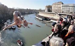 <p>Trois hommes ont plongé mardi dans le Tibre du pont Cavour, à Rome, une tradition suivie à chaque Nouvel An depuis plus d'un demi-siècle. /Photo prise le 1er janvier 2008/REUTERS/Chris Helgren</p>