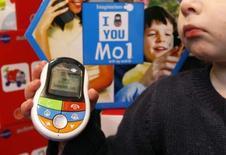 <p>Dans un magasin de jouets à Paris, où est en vente le téléphone pour enfants MO1. Une mise en garde concernant les possibles risques pour la santé d'un usage excessif des téléphones portables, notamment pour les enfants, a été lancée par le ministère de la Santé, juste après les ventes massives de ces objets à Noël. /Photo prise le 18 décembre 2007/REUTERS/Benoît Tessier</p>