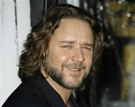 Russell Crowe poses at the Los Angeles premiere of his new film ''American Gangster'' in Hollywood, California October 29, 2007. Crowe is fighting a new gladiatorial combat to wean his countrymen off their addiction to gambling machines. REUTERS/Fred Prouser