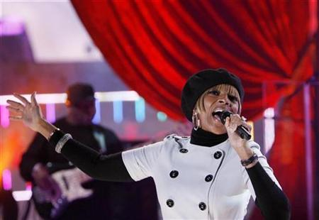 Musician Mary J. Blige performs during a taping in the MTV Studios in Times Square for a New Years Eve special in New York December 21, 2007. REUTERS/Lucas Jackson