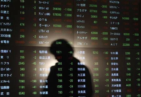 1月4日、東京市場は、日経平均が600円を超す下落となり、大幅な株価下落で今年の取り引きをスタート。写真は昨年12月、東京証券所内の株価ボード(2008年 ロイター/Issei Kato)