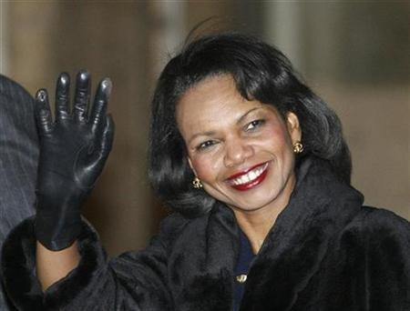 Secretary of State Condoleezza Rice waves as she arrives in the courtyard of the Elysee Palace in Paris December 17, 2007. Rice will host Libya's foreign minister on Thursday -- the first visit by the top Tripoli diplomat since 1972 -- in a sign of warmer ties between the former foes. REUTERS/John Schults