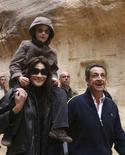 <p>Il presidente Nicolas Sarkozy (a destra), la sua fidanzata Carla Bruni (a sinistra) e il figlio di lei, durante la loro visita alle antiche rovine di Petra, in Giordania. REUTERS/Yousef Allan (JORDAN)</p>