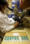<p>Nella foto d'archivio uno scienziato in un laboratorio . REUTERS/Bobby Yip</p>