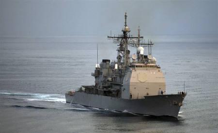1月7日、米国防総省は、ペルシャ湾のホルムズ海峡で現地時間5日夜から6日未明にかけイラン高速艇5隻が、米海軍艦船3隻に対し威嚇行為を行ったことを明らかにした。写真は2005年12月、米海軍の艦船。米海軍提供(2008年 ロイター/Zack Baddorf/U.S. Navy photo)