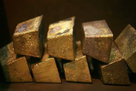 1月8日、朝方の欧州市場では、原油価格高を受けて金現物がオンス当たり872.10ドルに上昇、過去最高値を付けた。写真は南アフリカで2006年撮影した金塊(2008年 ロイター/Siphiwe Sibeko)