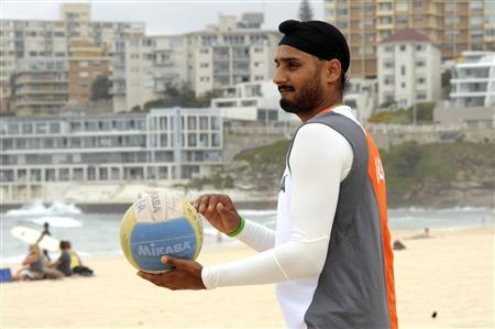 India's cricketer Harbhajan Singh plays a game of volley ball on Sydney's Bondi Beach January 8, 2008. A trio of Australian sporting icons accused the country's cricket side on Wednesday of having lost its ''moral compass'' in a row over a ban on Indian spinner Harbhajan Singh for racial abuse. REUTERS/Patrick Riviere