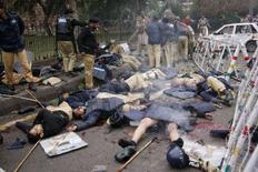 <p>Пакистанские полицейские оказывают помощь своим коллегам, пострадавшим при взрыве смертника в Лахоре, 10 января 2008 года. 2По меньшей мере 21 человек погиб в результате взрыва боевика-смертника у здания Верховного суда в пакистанском городе Лахор в четверг, сообщили представители местных властей. (REUTERS/Mohsin Raza)</p>