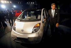 <p>Глава Tata Group Ратмат Тата представляет самый дешевый в мире автомобиль Nano на авто выставке в Дели, 10 января 2008 года. 10, 2008. Индийская автомобильная компания Tata Motors Ltd представила самый дешевый автомобиль в мире, который позволит миллионам потребителей на развивающихся рынках обзавестись собственным транспортным средством. (REUTERS/Adnan Abidi)</p>