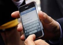 <p>France Télécom se dit satisfait du démarrage des ventes de l'iPhone d'Apple, avec plus de 70.000 unités vendues dans l'Hexagone depuis son lancement le 28 novembre dernier. /Photo prise le 29 juin 2007/REUTERS/Mike Segar</p>