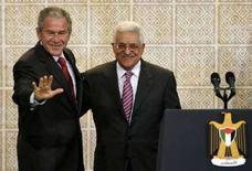 <p>Президент США Джордж Буш и глава Палестинской автономии Махмуд Аббас на встрече в городе Рамаллах на западном берегу реки Иордан 10 января 2008 года. Президент США Джордж Буш уверен, что подписание палестино-израильского мирного соглашения и, как следствие, образование независимого государства Палестина состоится в ближайший год, однако израильтяне не разделяют его оптимизма. (REUTERS/Kevin Lamarque)</p>