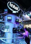 <p>Lo stand di Intel al Consumer Electronics Show di Las Vegas. REUTERS/Steve Marcus (UNITED STATES)</p>