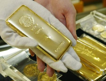 Gold prices surged to a record high of $894.90 an ounce on Thursday and traders and analysts say the market has potential to extend gains and set new peaks in coming months. REUTERS