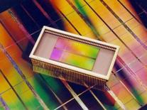 <p>Samsung Electronics estime que les prix mondiaux des mémoires DRAM sont proches d'un plancher mais qu'un rebond des prix prendra du temps, d'après EDaily, un média en ligne sud-coréen qui cite un responsable du groupe. /Photo d'archives/REUTERS</p>