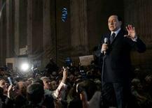 <p>Экс-премьер и лидер оппозиции Италии Сильвио Берлускони выступает перед своими сторонниками в Риме, 19 ноября 2007 года. Бывший премьер-министр Италии и самый богатый человек страны Сильвио Берлускони, а так же его брат получили по почте пулевые гильзы с угрозами расправы, сообщила итальянская газета Il Giornale, принадлежащая Берлускони. (REUTERS/Alessandro Bianchi)</p>