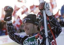 <p>Lo sciatore americano Bode Miller festeggia la vittoria nella gara di discesa libera di Coppa del mondo a Wengen. REUTERS/Pascal Lauener (SVIZZERA)</p>