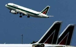<p>Un aereo Alitalia al decollo. REUTERS</p>