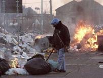 <p>Nell'immagine un funzionario di polizia ispeziona i rifiuti a Napoli. REUTERS/Salvatore Esposito/Agnfoto</p>