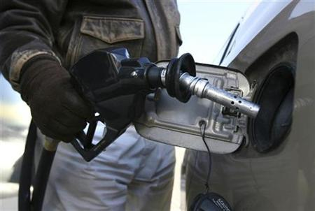 A motorist fills his car's tank with unleaded fuel at a service station in Washington January 2, 2008. General Motors Corp said Monday it was accelerating efforts to coax U.S. gasoline filling stations to add pumps that sell ethanol-rich fuel. REUTERS/Jason Reed (UNITED STATES)