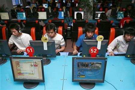 People use computers at an Internet cafe in Suining, southwest China's Sichuan province April 25, 2007. REUTERS/Stringer