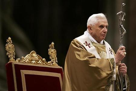 Pope Benedict XVI holds his pastoral staff as he leads the Epiphany of the Lord Holy Mass in Saint Peter's Basilica at the Vatican January 6, 2008. The Pope has decided to modify a controversial prayer for the conversion of Jews, an Italian newspaper reported on Friday. REUTERS/Max Rossi