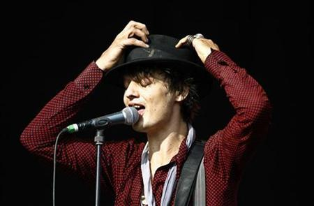 British pop group Babyshambles' lead singer Pete Doherty performs during the Glastonbury music festival in Somerset, south-west England, June 23, 2007. REUTERS/Dylan Martinez
