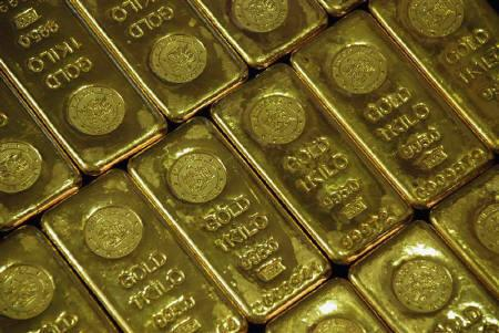 Gold bars are seen in a jewellery shop in Lucknow in this January 10, 2008 file photo. Gold bounced from a one-week low on Friday after this week's climb to a record above $900 an ounce, but the market could consolidate before charging higher, fund managers and analysts said. REUTERS/Pawan Kumar