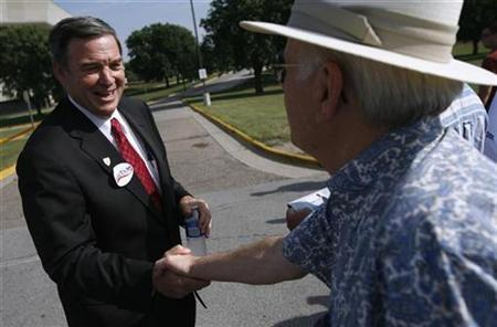 Presidential Candidate and Representative Duncan Hunter (R-CA) shakes hands with a supporter during the Iowa Straw Poll in Ames, Iowa, August 11, 2007. Hunter said on Saturday he would end his long-shot presidential bid after he failed to make any headway in a chaotic White House race. REUTERS/John Gress