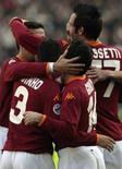 <p>Ludovic Giuly (2ndo da destra) della Roma dopo il gol segnato nella partita con il Catania all'Olimpico. REUTERS/Dario Pignatelli</p>