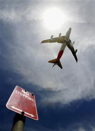 A passenger plane takes off from Sydney International Airport March 9, 2006. REUTERS/Tim Wimborne