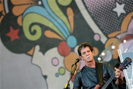 Lou Reed performs during the Isle of Wight Festival at Seaclose Park in Newport on the Isle of Wight, June 11, 2006. Reed took a walk on the not-so-wild-side on Monday when he played a private concert for a group of Parisian financiers. REUTERS/Alessia Pierdomenico