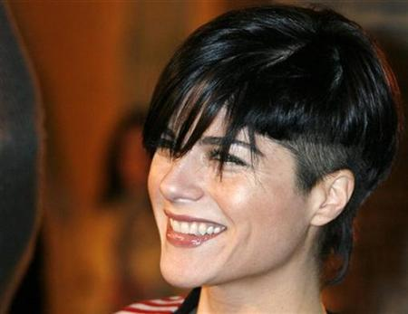 Actress Selma Blair sports a new hairdo as she arrives as a guest at the premiere of the film ''Pan's Labyrinth'' in Hollywood, California December 18, 2006. Following a lengthy search, NBC has zeroed in on Blair to star opposite Molly Shannon in the high-profile comedy pilot ''Kath and Kim.''REUTERS/Fred Prouser