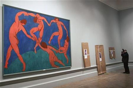 A photographer takes photographs of Henri Matisse's Dance II during a photo-call at the Royal Academy of Arts in central London January 18, 2008. REUTERS/John Voos