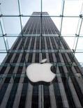 <p>Le bénéfice par action d'Apple au premier trimestre se montre supérieur aux attentes mais les prévisions de la firme à la pomme pour le deuxième trimestre s'avèrent moins bonnes que prévu. /Photo d'archives/REUTERS/Brendan McDermid</p>