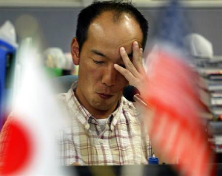 1月23日、米緊急利下げから一夜明けた東京外為市場では朝方こそ円が小幅に売られたものの、午前中盤にかけて早くも円売りは足踏み。写真は2004年3月に東京都内で撮影した外為ディーラー(2008年 ロイター/Yuriko Nakao)