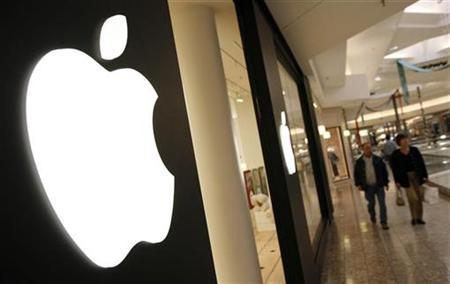 Shoppers make their way past the Apple Store at Woodfield Mall in Schaumburg, Illinois, October 22, 2007. Apple on Tuesday forecast a quarterly profit below analysts' expectations and posted disappointing holiday-season iPod shipments. REUTERS/John Gress