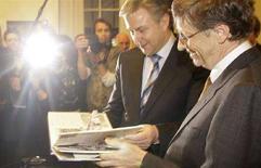 <p>Il presidente di Microsoft Bill Gates (a destra) ieri con il sindaco di Berlino Klaus Wowereit. REUTERS/Hannibal Hanschke (GERMANY)</p>