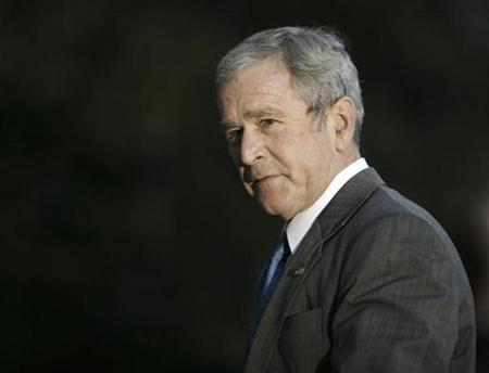 President George W. Bush walks on the South Lawn of the White House upon return to Washington after a one-day trip to Chicago January 7, 2008. REUTERS/Yuri Gripas