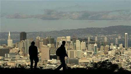 A couple takes in the view of the San Francisco, California skyline January 7, 2008. Fighting with your spouse can actually be good for your health with people who bottle it all up found to die earlier, a new study shows. REUTERS/Robert Galbraith
