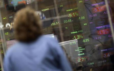 1月23日、米議会予算局、議会に提出した半期に一度の財政・経済見通しで、米経済の減速がリセッションにつながる可能性は低いとの見通し示す。写真は22日、ニューヨークの株価ボード前で(2008年 ロイター/Mike Segar)