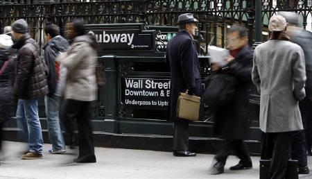 1月24日、国際労働機関(ILO)、2008年の失業率が07年の6.0%から6.1%に小幅上昇するとの見通しを示した。写真はニューヨークの地下鉄の駅で。22日撮影(2008年 ロイター/Chip East)