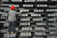 <p>Un operaio in un'acciaieria in Cina. REUTERS/Stringer</p>