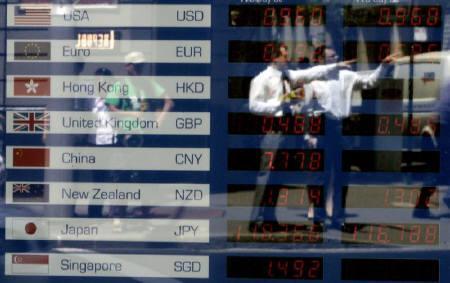 1月25日、ビッグマック指数で見ると、円はドルに対して大幅に過小評価されており、最近の円高はこれから始まる大幅な円の上昇の序章に過ぎないかもしれない。写真は昨年10月、シドニーで撮影した為替ボード(2008年 ロイター/Mick Tsikas)