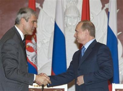 Russian President Vladimir Putin (R) shakes hands with his Serbian counterpart Boris Tadic in the Kremlin in Moscow January 25, 2008. Russia and Serbia signed on Friday an energy pact adding Serbia to Russia's new gas pipeline to southern Europe and allowing Russian gas monopoly Gazprom to buy control of Serbia's oil monopoly. REUTERS/Alexander Natruskin