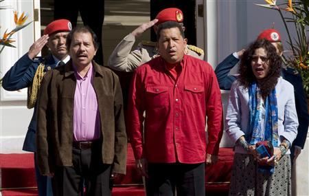 Nicaragua's President Daniel Ortega (L) and first lady Rosario Murillo are welcomed by Venezuela's President Hugo Chavez (C) at Miraflores Palace in Caracas January 25, 2008. Leaders of ''ALBA'', which means Bolivarian Alternative for the Americas, a trade and cooperation group which aims to provide an alternative to U.S.-backed free trade efforts in Latin America, are gathering this weekend in Caracas. REUTERS/Carlos Garcia Rawlins