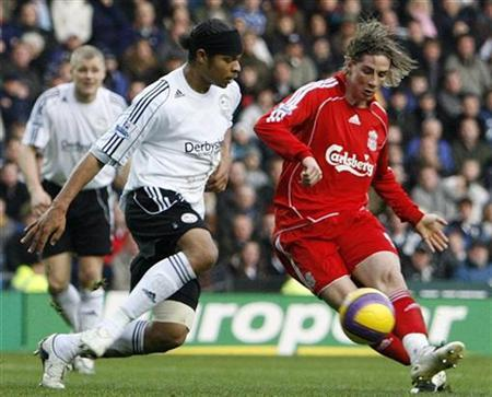 Liverpool's Fernando Torres (R) beats Derby County's Dean Leacock (2nd R) to score during their Premier League match at Pride Park in Derby, December 26, 2007. REUTERS/Darren Staples