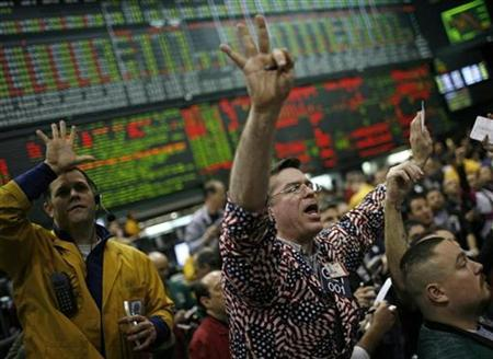 Trader Robert Gault (R) calls out a trade in the S&P 500 pit at the Chicago Mercantile Exchange January 18, 2008. REUTERS/John Gress